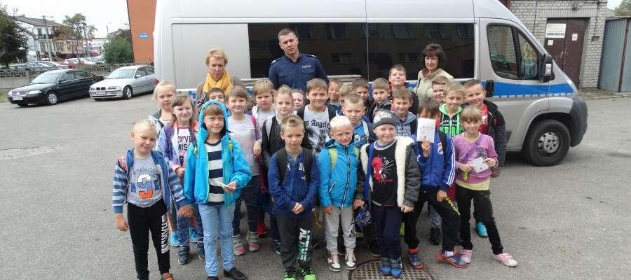Dzieci z Siemiątkowa podczas wizyty w żuromińskiej komendzie fot. kppzuromin
