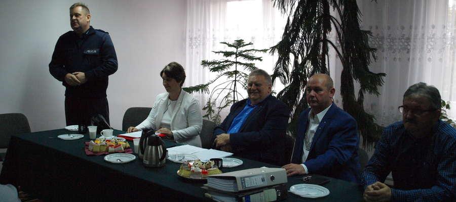 Zastępca Komendanta Powiatowego Policji podinsp. Dariusz Wieczorek wyjaśnia potrzebę zakupu nowych aut dla policji