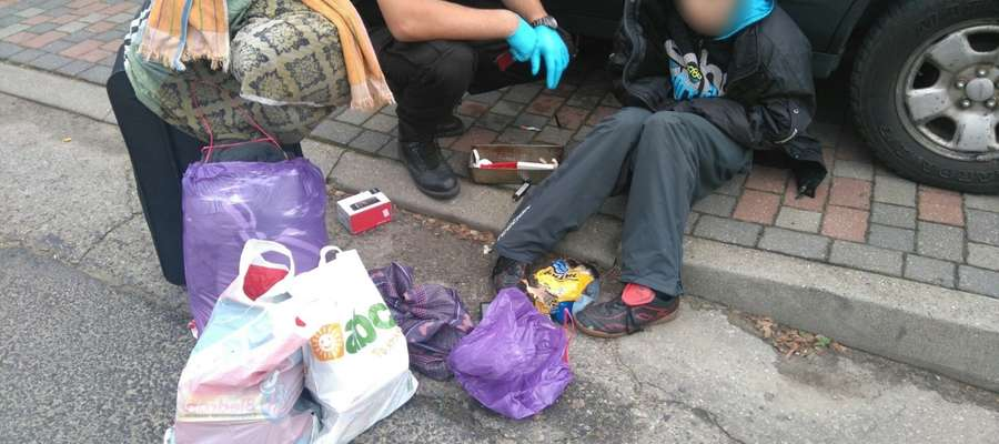 Młody mężczyzna leżał na ulicy. Nie było z nim żadnego kontaktu