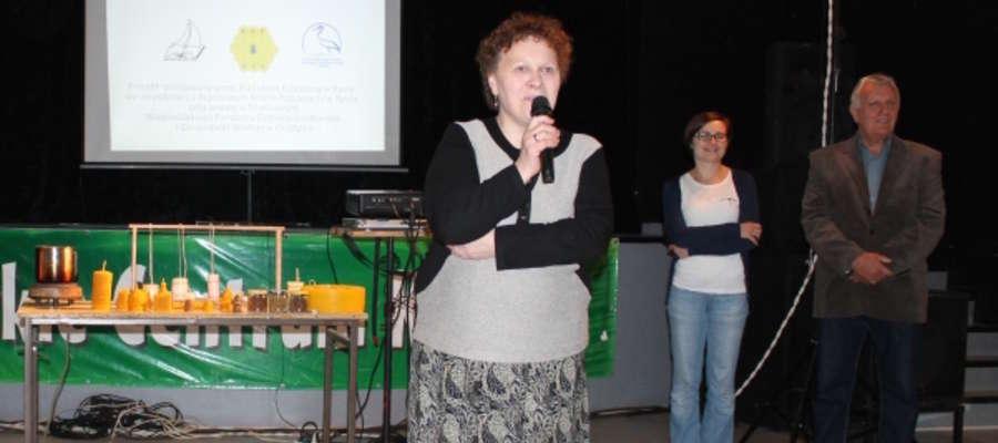 Maria Tuczyńska, dyrektorka Biblioteki Publicznej w Rynie (z mikrofonem): Jestem bibliotekarzem nie z przypadku, ale z zamiłowania