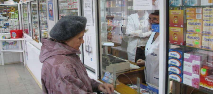 Aptekarze sprawdzają czy dany lek jest na liście darmowych specyfików