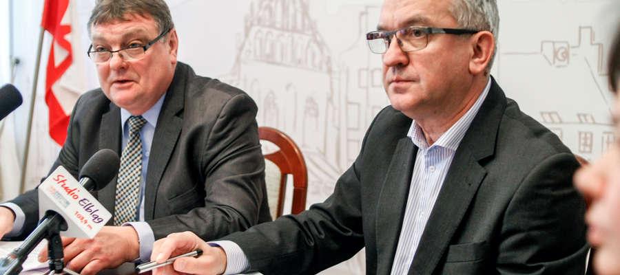 Witold Wróblewski, prezydent Elbląga (z lewej), podczas konferencji podsumowującej głosowanie elblążan na zadania w budżecie obywatelskim. Obok Janusz Nowak, wiceprezydent miasta