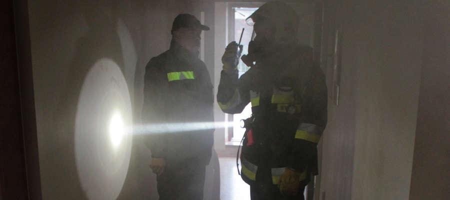 Strażacy ćwiczyli w zadymionych pomieszczeniach ośrodka kultury w Bisztynku.