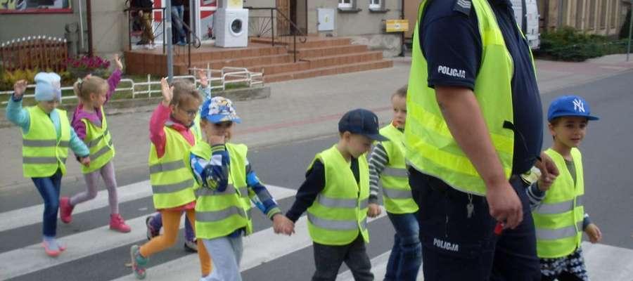 Dzieci pod opieką policjantów i nauczycielek uczyły siębezpiecznie przechodzić przez ulicę