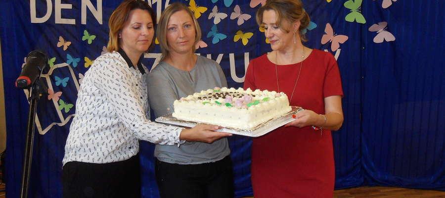 Nauczyciele otrzymali do Rady Rodziców pyszny tort dla osłody życia