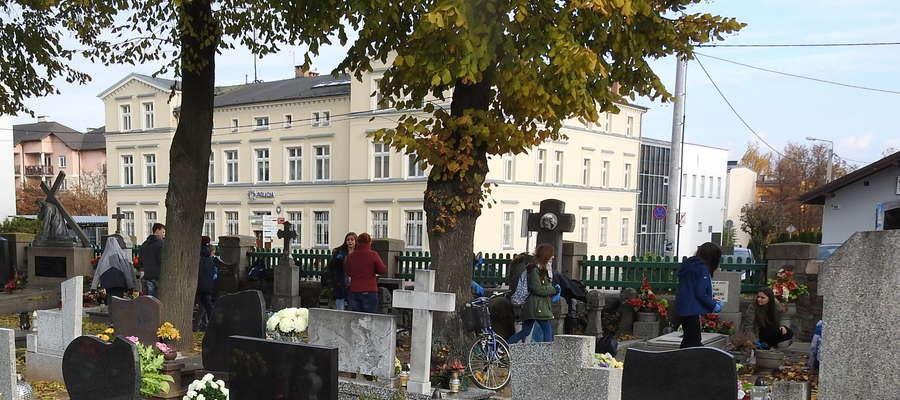 Złodzieje tylko czekają na chwilę nieuwagi osób odwiedzających cmentarz
