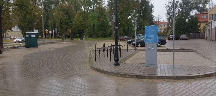 Teren parkingu został odpowiednio wyprofilowany i  odwodniony z odprowadzeniem wód opadowych do istniejącej sieci w  ulicy Świętojańskiej