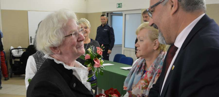 Wręczenie tytułu Honorowy Obywatel Tolkmicka. Dora Mross z burmistrzem Andrzejem Lemanowiczem