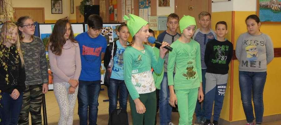 Uczniowie klasy szóstej podczas przedstawienia w szkole