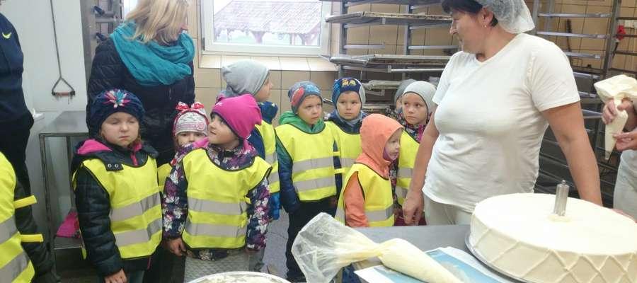 Dzieci poznały pracę piekarzy i cukierników w piekarni w Galinach.