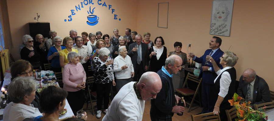 Pierwszy toast za pomyślną przyszłość Senior Caffe