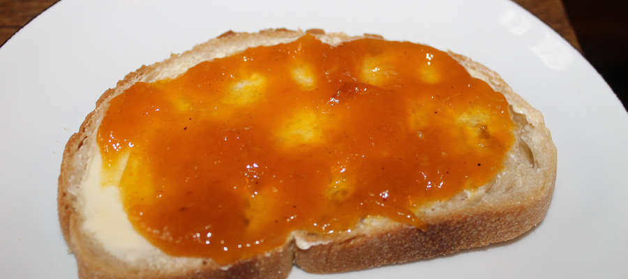 Pajda chleba z masłem i dżemem z dyni.