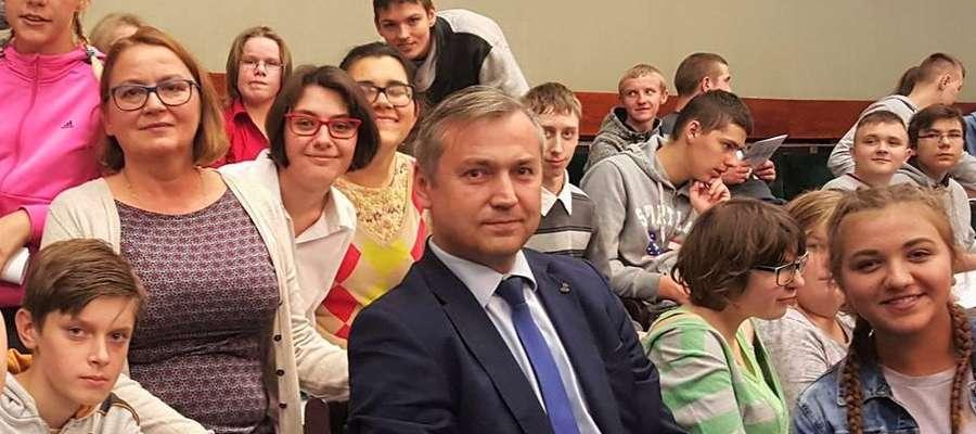 Poseł Jerzy Małecki z wycieczką młodzieży w Sejmie.