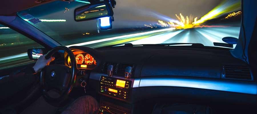 Zmiany w kodeksie drogowym. W nocy pojedziesz tylko 50 km/h
