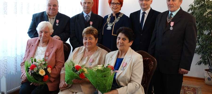 Wspólna fotografia w towarzystwie wicewójta Tomasza Kołodziejczyka i kierownik USC Haliną Hejman