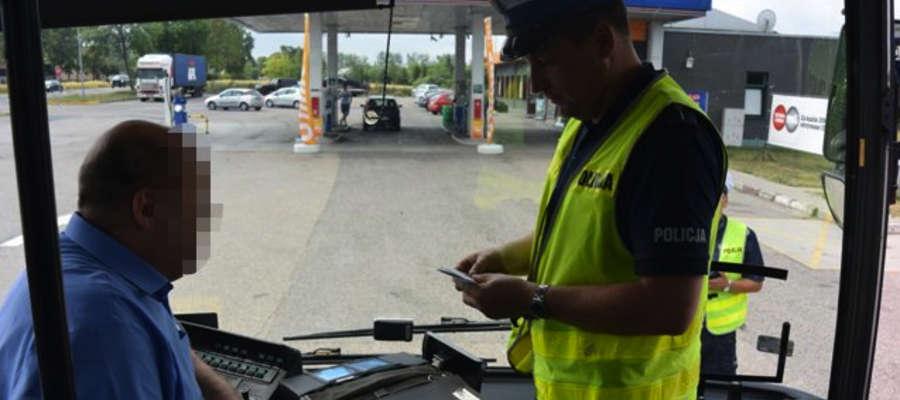 Policjanci drogówki kontrolują gimbusy. Zdjęcie jest tylko ilustracją do tekstu