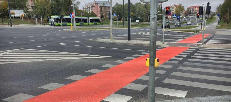 Czerwonej nawierzchni na skrzyżowaniach w Olsztynie jest coraz więcej. Na zdjęciu przejazd rowerowy na skrzyżowaniu ulic Sikorskiego, Wilczyńskiego i Płoskiego