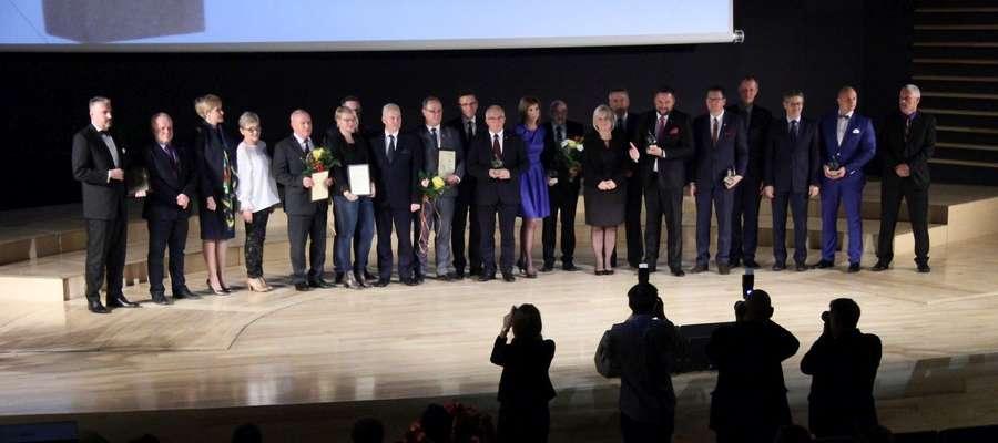 """Laureaci plebiscytu """"TAK czy NIE dla władzy"""" na scenie Filharmonii Warmińsko-Mazurskiej w Olsztynie."""