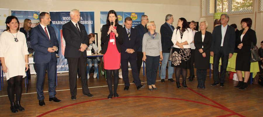 Marta Buczyńska- doradca zawodowy z OHP z gośćmi podczas otwarcia Targów Aktywizacji Zawodowej
