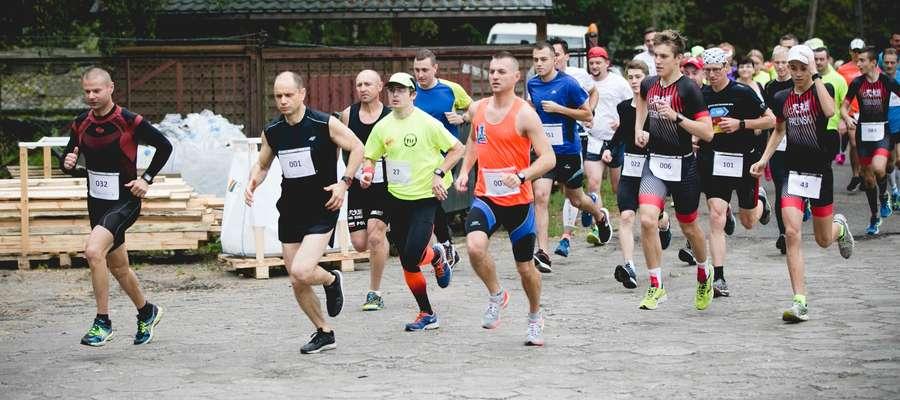 Start jednego z biegów — Rafał Wiśniewski w środku stawki, w pomarańczowej koszulce