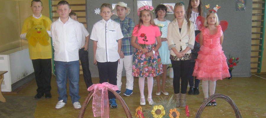 Uczniowie podczas występu dla pracowników szkoły