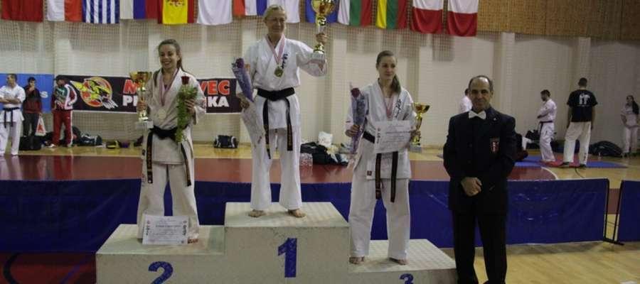 Na trzecim stopniu podium Adrianna Mrówka (Bartoszycki Klub Kyokushin Karate)