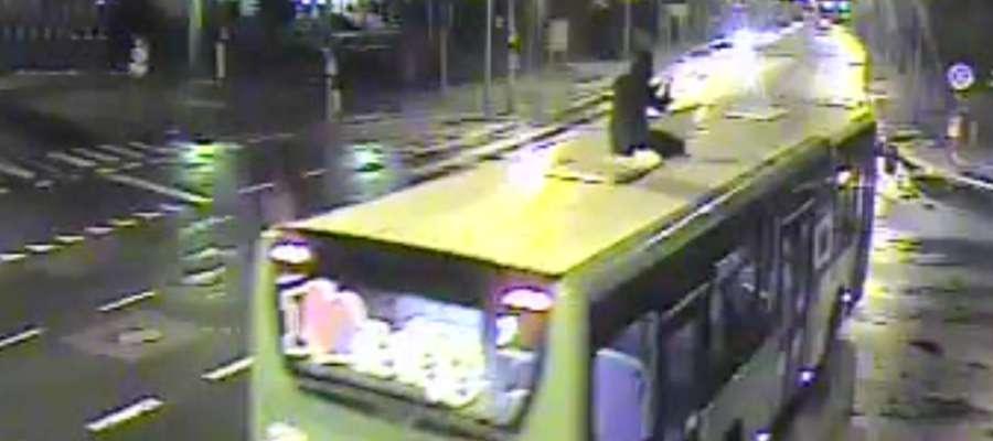 Policja została poinformowana o mężczyźnie na dachu autobusu przed godz. 21