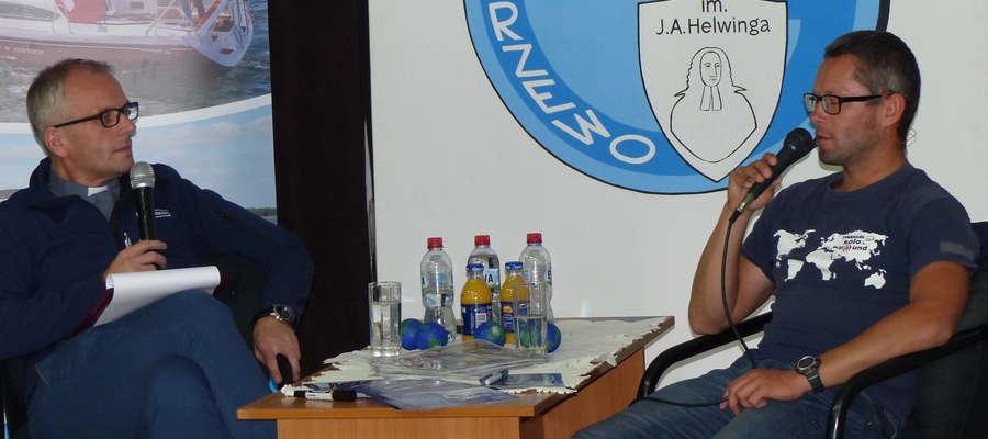 Ksiądz Rafał Chwałkowski (pierwszy z lewej) podczas szkolnego spotkania z żeglarzem Szymonem Kuczyńskim