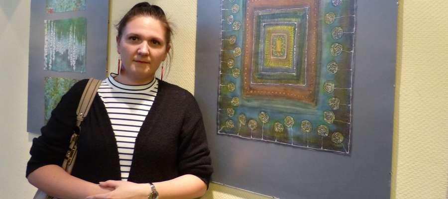 Anna Karatkiewicz z jedną ze swoich prac
