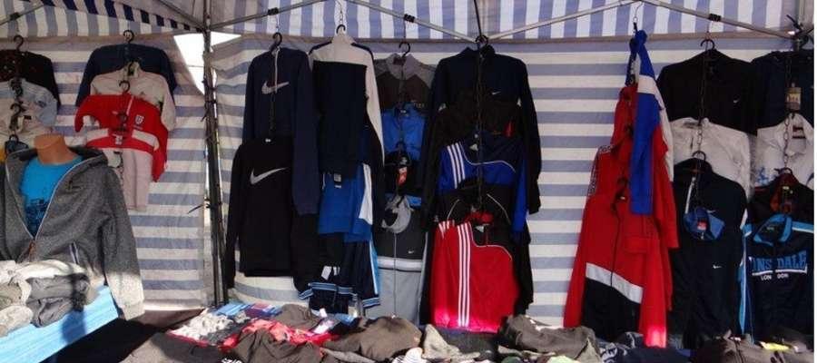 Podrobioną odzież z targowiska w Zalewie – w sumie 226 sztuk - zajęto do sprawy