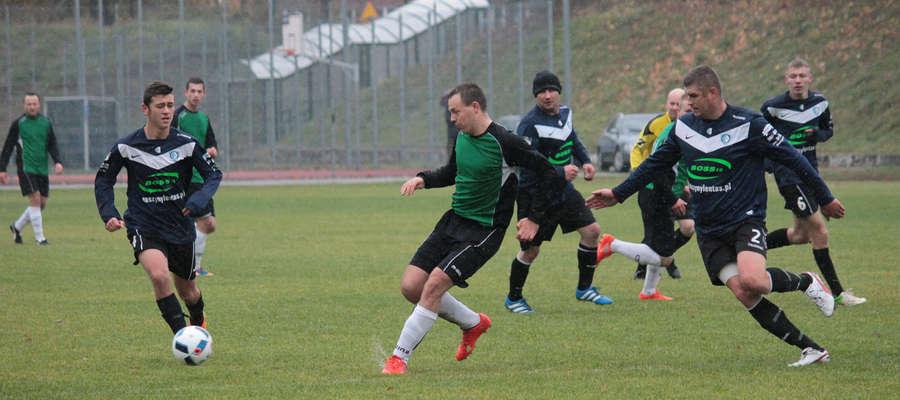 Tomasz Pawlik (w środku w zielonej koszulce) strzelił 3 bramki w meczu ze Startem Kozłowo.