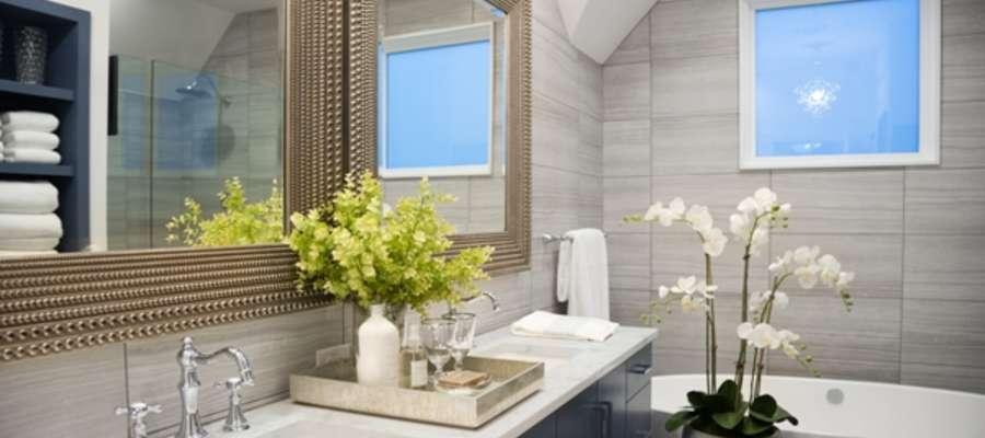 W dużej łazience najlepiej sprawdzą się osobne umywalki i lustra oraz pojemny blat