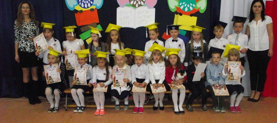 Uczniowie klasy pierwszej z wychowawczyniami