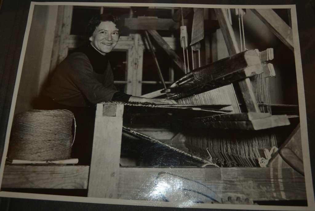 Barbara Hulanicka na starej fotografii z czasu pobytu w Mikołajkach - full image
