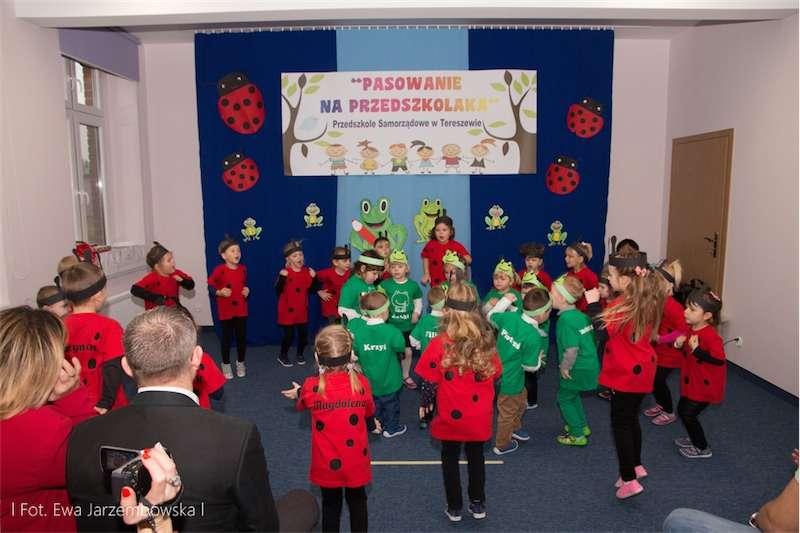 Podczas uroczystości pasowania w przedszkolu w Tereszewie