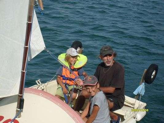 Pan Kazimierz z dziećmi na swoim katamaranie, Port Moselle, Nowa Kaledonia - full image