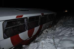 Uwaga ślisko! Autobus wylądował w rowie