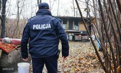 Policjanci pomogli bezdomnemu śpiącemu w ziemiance