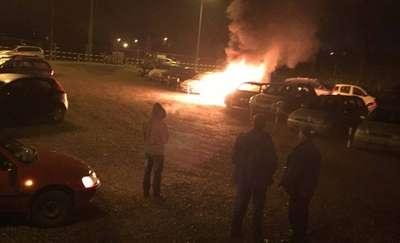 Spłonęły trzy samochody. Policja nie wyklucza podpalenia