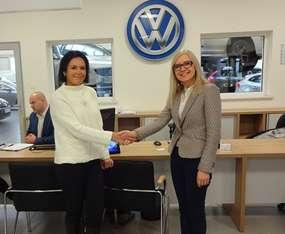 Katarzyna Arefiew, Prezes Zarządu Nord Auto (po lewej) gratuluje nagrody pani Halinie Korol z Olsztyna