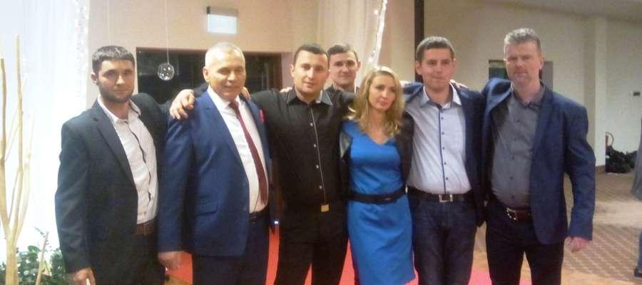 Pan Tomasz (w środku) wraz z innymi uczestnikami trzeciej edycji programu