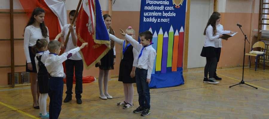 Najmłodsi z przejęciem ślubowali na sztandar szkoły, że będą dobrymi Polakami, uczniami i kolegami