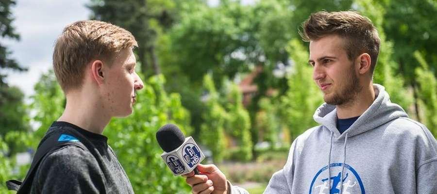 Błażej Łukaszewski (z prawej) na co dzień jest dziennikarzem sportowym radia studenckiego MORS