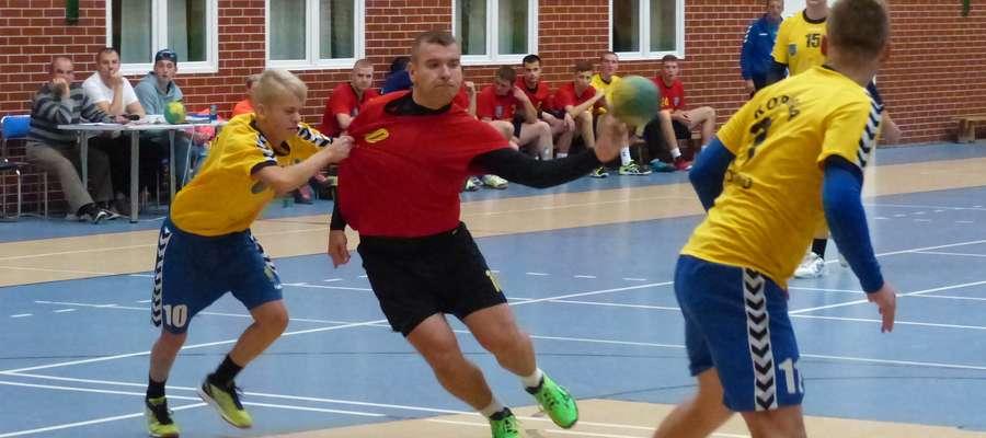 W niedzielę piłkarze ręczni Jezioraka zagrają przed własną publicznością o kolejne punkty. Tu przy piłce Łukasz Kamiński (czerwony strój), skrzydłowy iławskiej drużyny podczas meczu z Koroną Koronowo