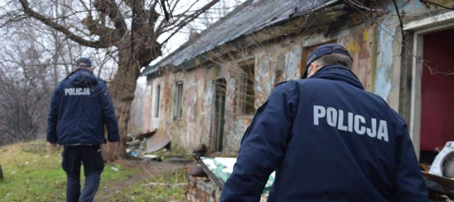 Policjanci sprawdzają miejsca gdzie mogą być bezdomni  Fot. Archiwum policji