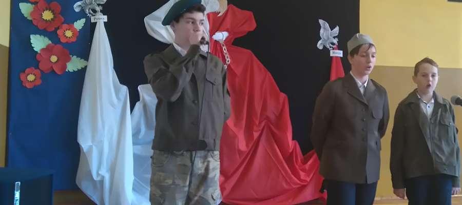 W Przeradzu Małym świętowano rocznicę odzyskania przez Polskę niepodległości fot. zbiory szkoły