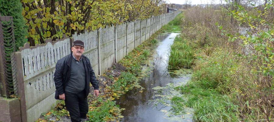 Woda podchodzi pod ogrodzenie gospodarstwa Stanisława Ostrowickiego