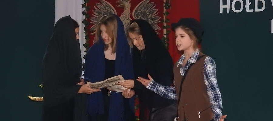 Podczas występu młodzieży ze szkoły w Kurzętniku