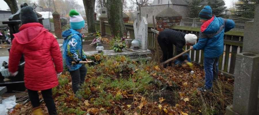Uczniowie podczas sprzątania cmentarza w Boleszynie