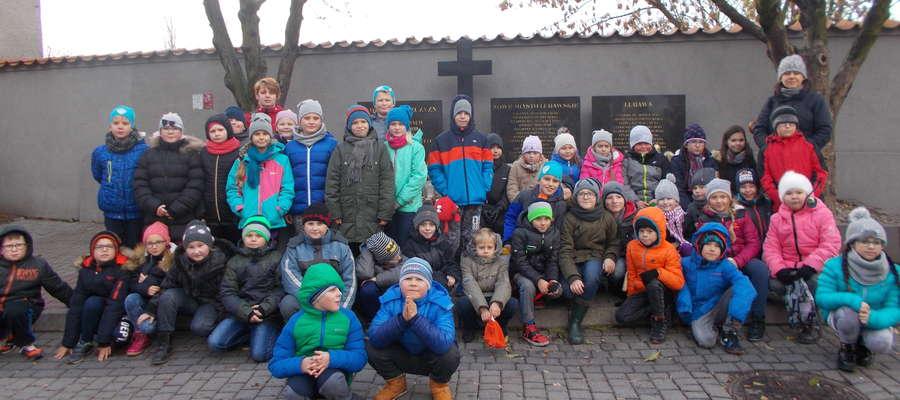 """Uczniowie """"dwójki"""" przy pomniku na ul. 7 Grudnia"""